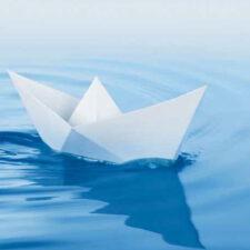 Papierschiff auf dem Wasser